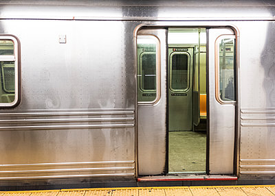 Public transport, open door of underground, shutdown due to Covid-19, New York City - p758m2183878 by L. Ajtay