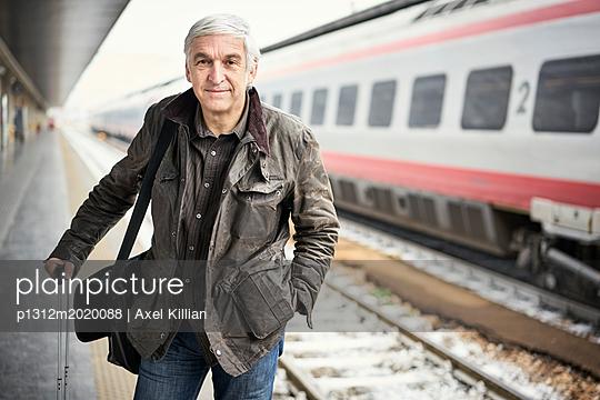 Mann Bahnsteig Warten Lächeln - p1312m2020088 von Axel Killian