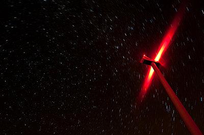 Windrad bei Nacht - p1079m881293 von Ulrich Mertens