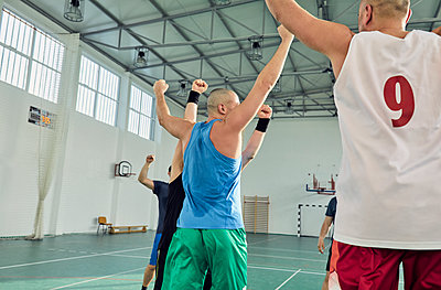 Basketball players with raised arms - p300m1588198 by Zeljko Dangubic