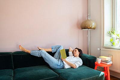 Frau liest entspannt ein Buch - p432m2175462 von mia takahara