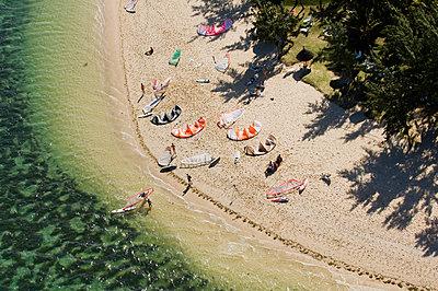 Aerial view of kitesurfers on beach - p555m1411178 by Alberto Guglielmi