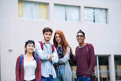 College students standing together outdoors, portrait - p623m1579543 by Frederic Cirou