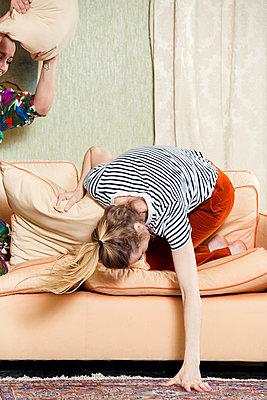 Freundinnen albern herum - p904m1133685 von Stefanie Päffgen