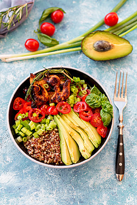 Fried chicken, quinoa, tomato, avocado, spring onion, rosemary and basil in bowl - p300m1189664 by Sandra Roesch