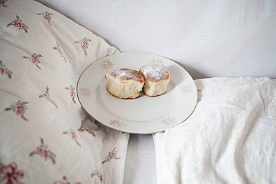 Dampfnudeln im Bett - p600m764033 von Laura Stevens