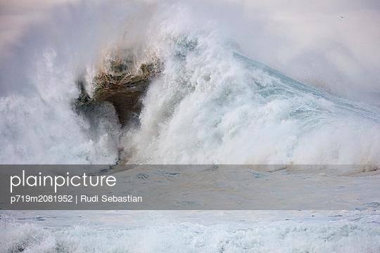 Brechende Wellen am Strand von Nazaré - p719m2081952 von Rudi Sebastian