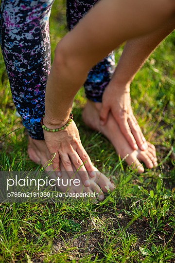 Junge Frau macht Yoga - p795m2191358 von JanJasperKlein