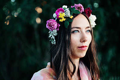 Young woman with floral wreath in her hair - p1695m2290953 by Dusica Paripovic