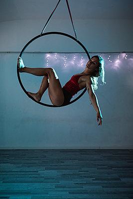 Female artist during a performance with hoop - p300m2023428 von Mauro Grigollo