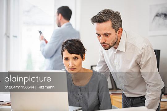 Beratung im Büro - p1284m1198544 von Ritzmann