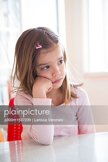 plainpicture | Photo library for authentic images - plainpicture p300m1537239 - Portrait of sad little girl... - plainpicture/Westend61/Larissa Veronesi