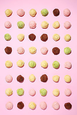 Icecream scoops against pink background - p237m1584213 by Thordis Rüggeberg