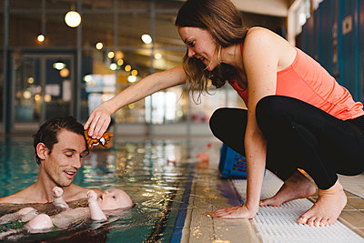 Parents with baby in swimming-pool - p312m2119977 by Johner