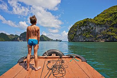 Junge auf einem Floß Ha Long Bay Bucht - p390m1477114 von Frank Herfort