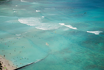 People swimming, Waikiki Beach, Hawaii - p495m1034283 by Jeanene Scott