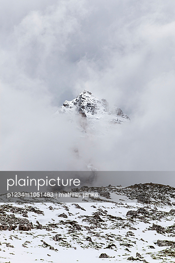 Wolkenverhangener Gipfel - p1234m1051483 von mathias janke
