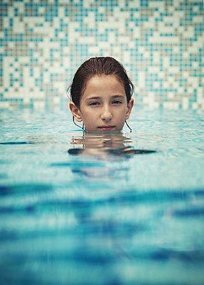 Mädchen im Pool - p1432m1496475 von Svetlana Bekyarova