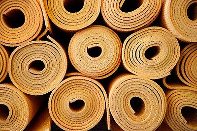 Gestapelte, aufgerollte Yogamatten - p1638m2244510 von Macingosh