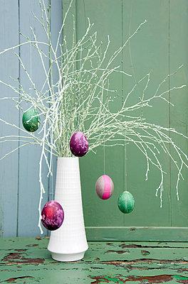 Sprayed twigs with dyed Easter eggs - p300m1580970 von Gianna Schade