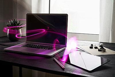 Modern office with laptop and digital tablet on desk - p300m2005444 von Philipp Dimitri