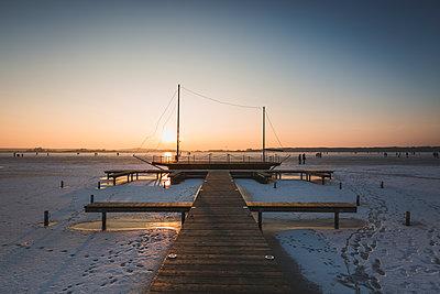 Germany, Brandenburg, Rangsdorf, Winter landscape with frozen lake - p300m2250419 by Anke Scheibe