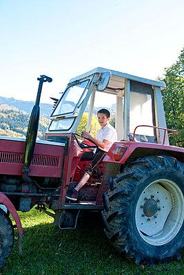 Der Traum Traktor zu fahren - p533m1496761 von Böhm Monika