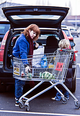 Stowing shopping into car - p896m835154 by Koen Verheijden