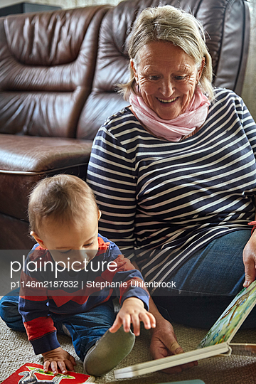 Grandmother and grandson in living room, portrait - p1146m2187832 by Stephanie Uhlenbrock