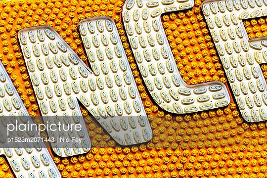 Jahrmarkt, Leuchtreklame - p1523m2071443 von Nic Fey