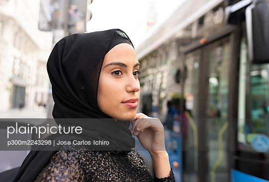 Portrait of young beautiful woman wearing blackhijab - p300m2243298 by Jose Carlos Ichiro
