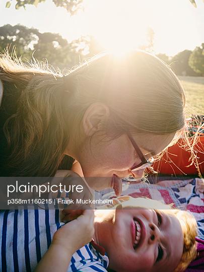 Picknick im Sonnenuntergang - p358m1160215 von Frank Muckenheim