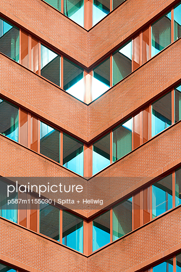 Fassade eines Bürogebäudes  - p587m1155090 von Spitta + Hellwig