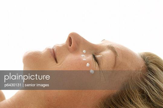 Frau mit Creme im Gesicht  - p6430131 von senior images