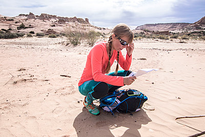 Woman checking map at Grand Staircase-Escalante National Monument, Utah, USA - p343m1578145 by Suzanne Stroeer
