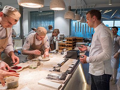 Köche in einer Küche  - p390m2109321 von Frank Herfort