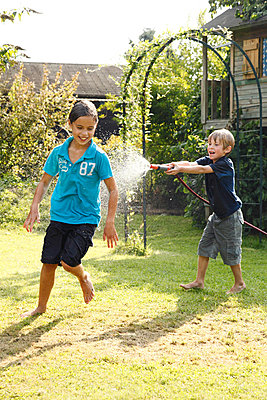 Hose fight - p981m881603 by Franke + Mans