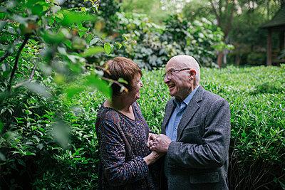 Nettes älteres Paar - p1238m1591636 von Amanda Voelker