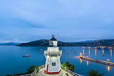 New Zealand, South Island, Canterbury, Banks Peninsula, Akaroa Lighthouse at Dusk - p300m2042794 by Markus Kapferer
