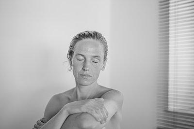 Bare chested woman, portrait - p552m2199930 by Leander Hopf