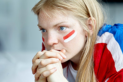 Sports enthusiast watching match with hands clasped in front of mouth - p623m1546161 by Belen Majdalani