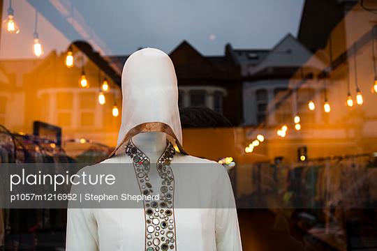 Schaufensterpuppe im Schaufenster - p1057m1216952 von Stephen Shepherd
