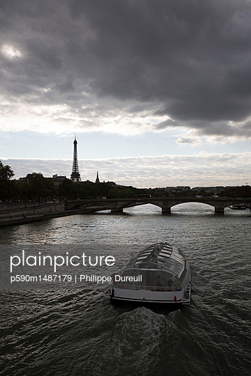 Riverboat on the seine overlooking the eiffel tower - p590m1487179 by Philippe Dureuil