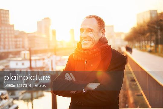 Mann auf einer Brücke im Medienhafen - p890m1217314 von Mielek