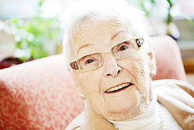 Portrait of senior woman with Alzheimer's disease - p300m1120797f by Jan Tepass