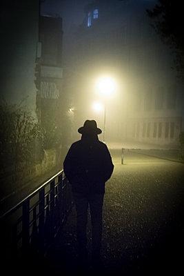 Silhouette von Mann mit Hut - p402m1214932 von Ramesh Amruth