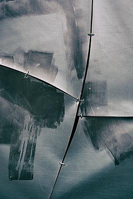 Zerrisene Plastikplane - p794m1588926 von Mohamad Itani
