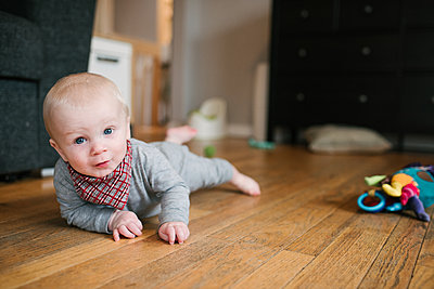 Baby boy crawling on wooden floor - p924m2074206 by Viara Mileva