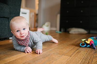 Baby boy crawling on wooden floor - p924m2074206 by Viara Mileva