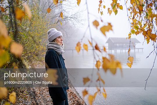Deutschland, Bayern, Frau am Ammersee im Nebel - p1600m2229805 von Ole Spata